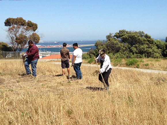 Jerri Allyn and Angels Gate students dig Erich Wise's HIPS installation into the bluff. | Photo: Janet Owen Driggs.
