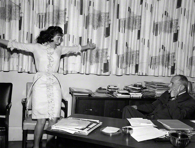 Loretta Lynn responds to Grand Ole Opry manager Ott Devine's invitation to join the Opry cast, 1962 © Les Leverett