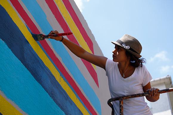 Kristy Sandoval applies detail to mural in Istanbul. | Photo: Mehmet Naci Demirkol.