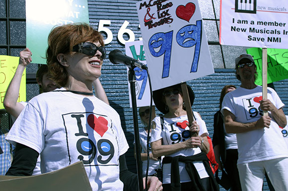Frances Fisher speaks at Pro-99 rally in front Actors' Equity offices   Enci Box/Bitterlemons.com