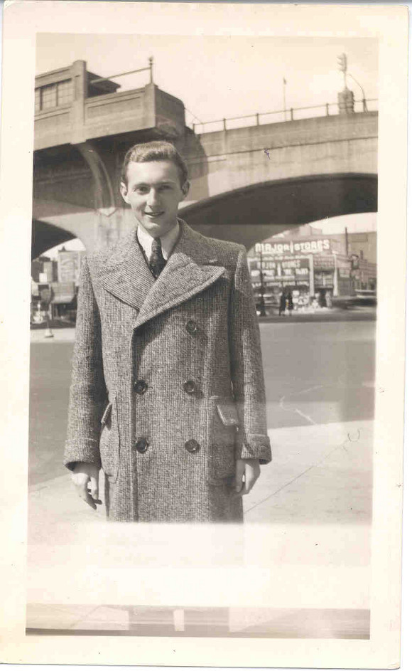 Walter Arlen on a Chicago street in 1940.