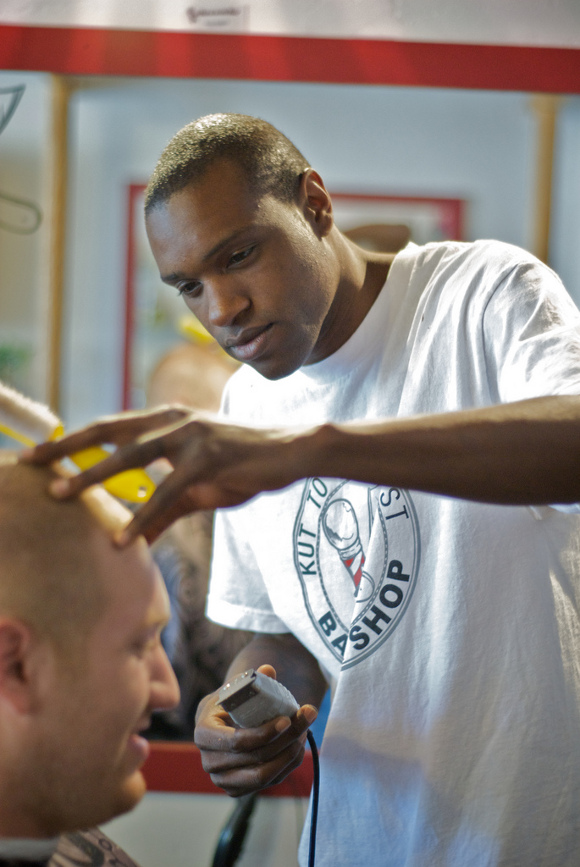Terry Lee Guilford Jr. in his barbershop, Kut to be the Best | Photo: Enrique Perez.