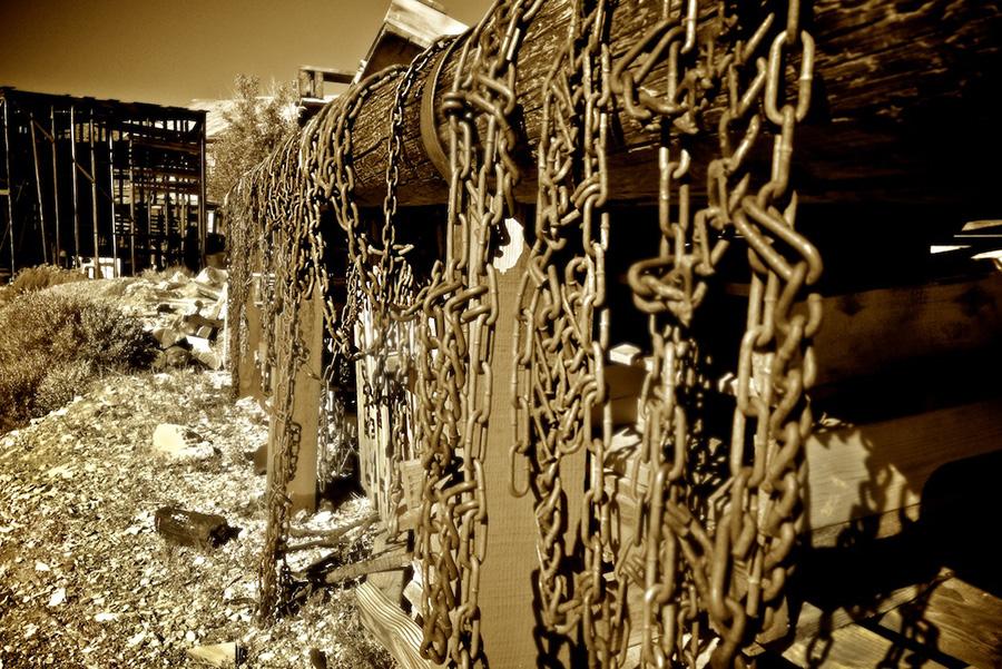 Hanging Chains - Cerro Gordo, CA - 2014 | Photo: Osceola Refetoff