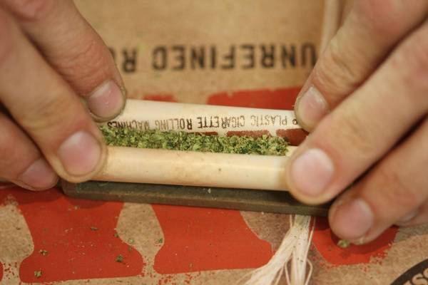 A budtender rolls a marijuana cigarette at Perennial Holistic Wellness Center medical marijuana dispensary in L.A. | Photo: David McNew/Getty Images
