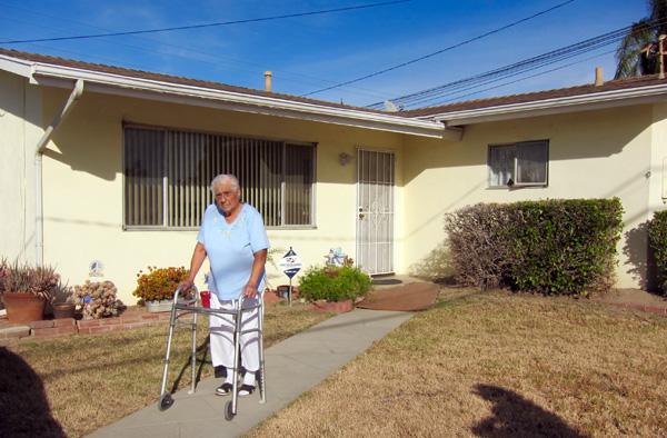 Helen Medina in front of her home, December 5, 2015 | Photo: Daniel Medina