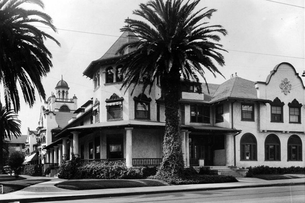 Corner view of the Hollywood Hotel | Photo: Security Pacific National Bank Collection/LAPL