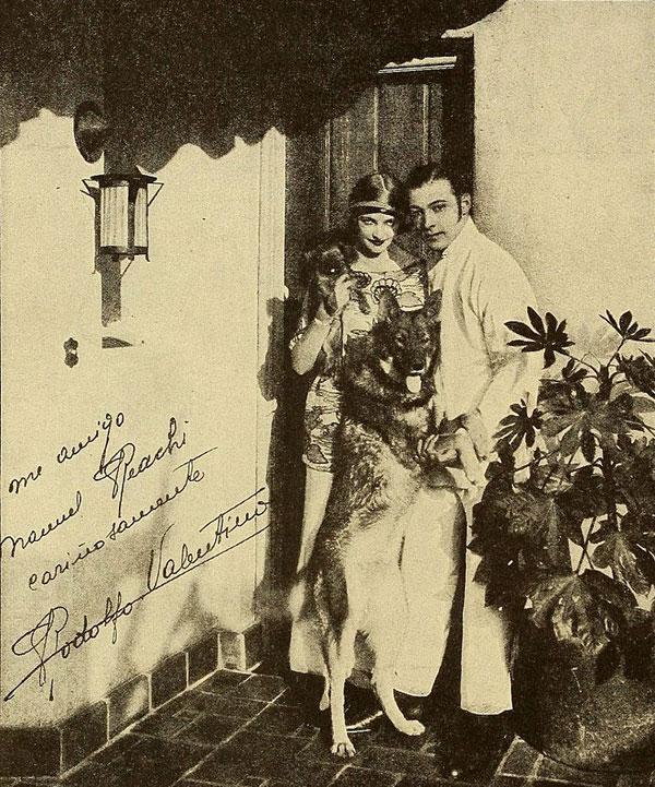 Rudolph Valentino with Natacha Rambova at home | Source: Public Domain