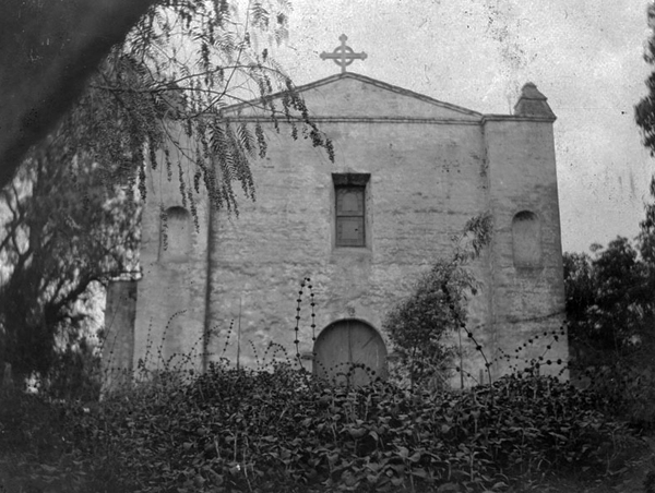 Exterior view of the western end of Mission San Gabriel Arcangel ca. 1900 | Photo: Courtesy of the Los Angeles Public Library
