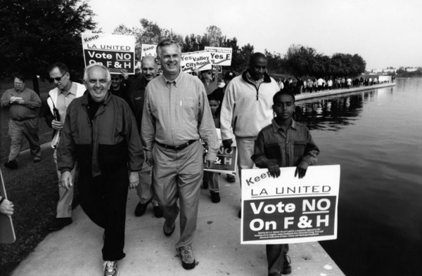 Los Angeles Mayor James Hahn leads an L.A. United demonstration against Valley secession at Lake Balboa, 2002 | Los Angeles Neighborhoods Collection, Los Angeles Public Library