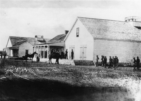 Fort Drum Barracks in Wilmington, military headquarters during the Civil War. The men are wearing Union uniforms | Photo: C. C. Pierce Collection, Los Angeles Public Library