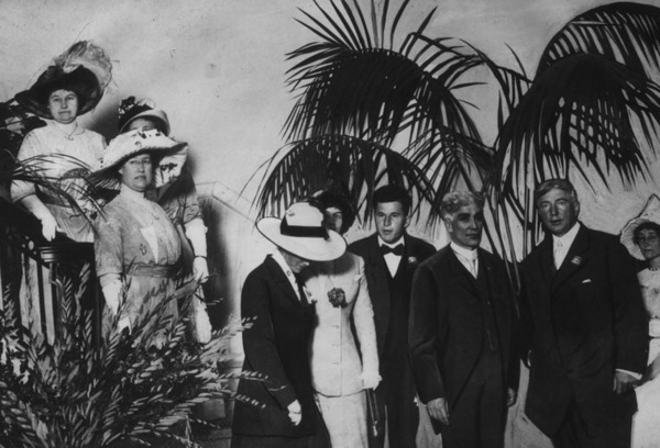 Members and female guests of the Los Angeles Athletic Club in 1912. Frank Garbutt is left forward, and William Garland next to him | Photo: Security Pacific Bank National Collection, Los Angeles Public Library