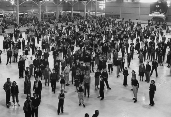 Ice skaters standing in the middle of ice skating rink at Pan Pacific Auditorium in Januaty 1939 | Photo: Security Pacific National Bank Collection, Los Angeles Public Library