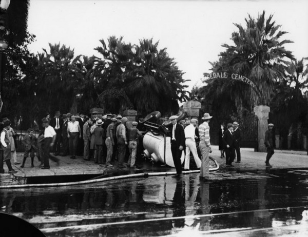 Tank for transporting liquid capsized at the gate of the Rosedale Cemetery | Photo: Los Angeles Public Library
