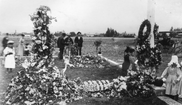 Men, women and children surround decorated graves of Civil War veterans for 'Decoration Day', which later became Memorial Day | Photo: Security Pacific National Bank Collection, Los Angeles Public Library