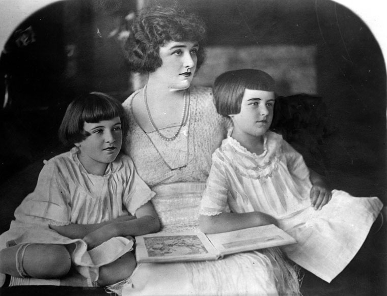 The Parker twins with their mother | Photo: Los Angeles Public Library
