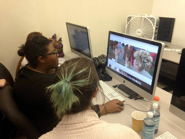 Factual tech mentor Morgan Mullaney (R) assists student Yasmeen Summer (L) with her site | Photo: J. Morr