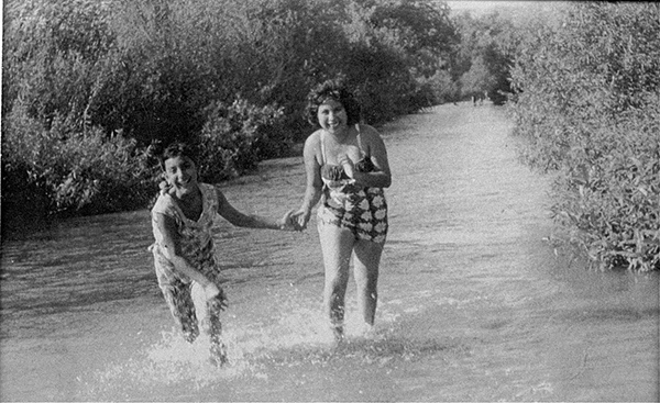 Women playing in the Río Hondo | Photo: La Historia Historical Society Museum