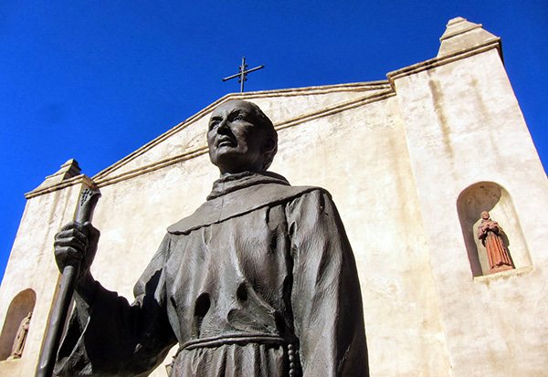 Statue of Father Junípero Serra in front of San Gabriel Mission | Photo: Daniel Medina
