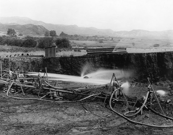 The use of hydraulic pressure to construct the Los Angeles Aqueduct, similar to the practice used in gold mining. Water under great pressure is used to cut into the earth. | Courtesy of the Los Angeles Public Library