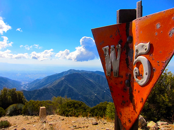 A sign marks the summit of Lookout Mountain | Photo: Daniel Medina