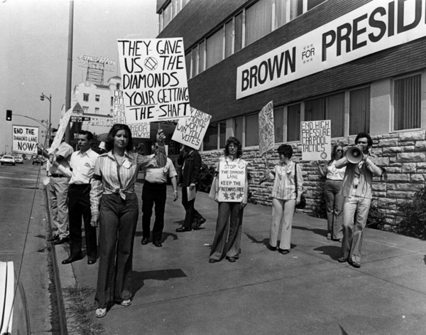 Citizens Against the Diamond Lane picket Gov. Brown's presidential campaign headquarters, 1974 | Herald-Examiner Collection, Courtesy of the Los Angeles Public Library
