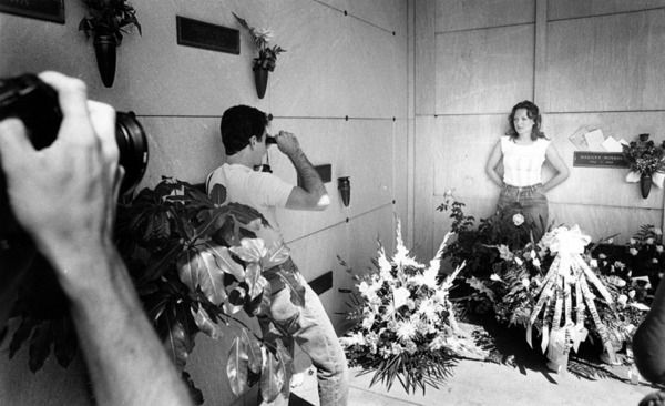 Fans of Marilyn Monroe photograph each other today at star's tomb | Herald-Examiner Collection, Los Angeles Public Library