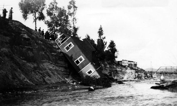 A house falls into the Arroyo Seco near the confluence of the Los Angeles River below North Figueroa Street, 1912. Courtesy of the Los Angeles Public Library.