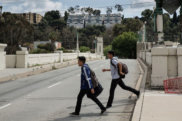 Students cross the busy roads without a crosswalk | Photo: Sean Meredith