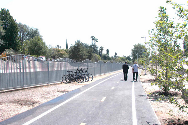 The newly opened riverwalk at Sepulveda and Valleyheart Drive S. | Photo: Carren Jao