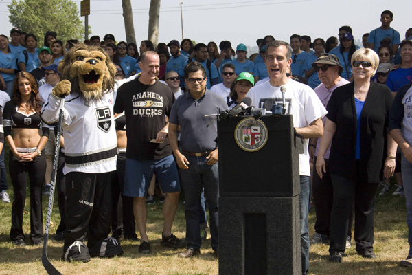 Mayor Eric Garcetti, with Anaheim Mayor Tom Tait and Bailey, the L.A. Kings' mascot looking on