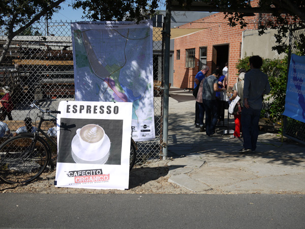 A sign attracts passersby on the bike/pedestrian path to the pop-up coffee shop | Photo: Daniel Hanaya
