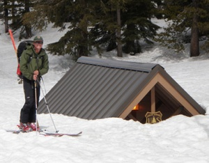 The snow-covered Minaret Vista Station on Memorial Day Weekend | Photo: NPS