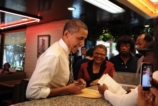 U.S. President Barack Obama made a stop on Monday and ordered for food at the Roscoe's Chicken and Waffles on Pico Blvd. | Photo: JEWEL SAMAD/AFP/Getty Images