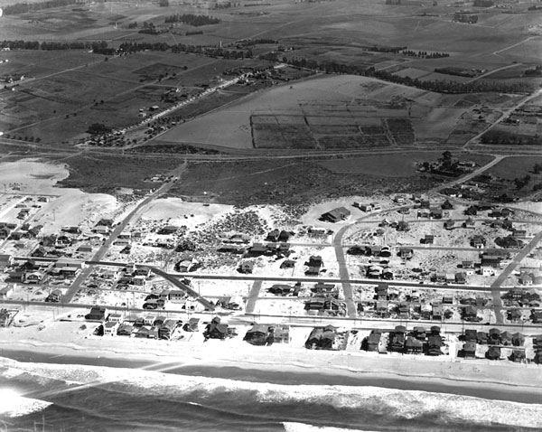 Aerial view of Manhattan Beach, laid out on the sand dunes of the South Bay coast, circa 1920. Courtesy of the Photo Collection, Los Angeles Public Library.