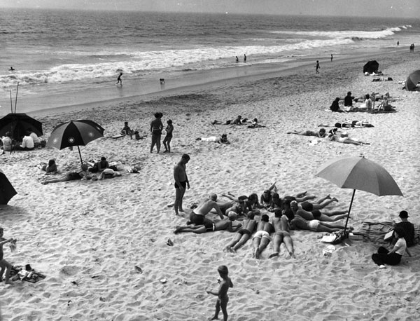 Beach scene in Manhattan Beach, circa 1939. Courtesy of the Photo Collection, Los Angeles Public Library.