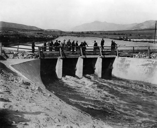 1913 view of the Owens River turning into the Los Angeles Aqueduct. Courtesy of the Herald-Examiner Collection, Los Angeles Public Library.