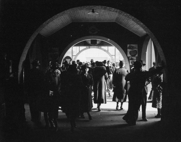 La Grande Station's open-air concourse doubled as a waiting area. Circa 1937 photo courtesy of the Herman J. Schultheis Collection, Los Angeles Public Library.