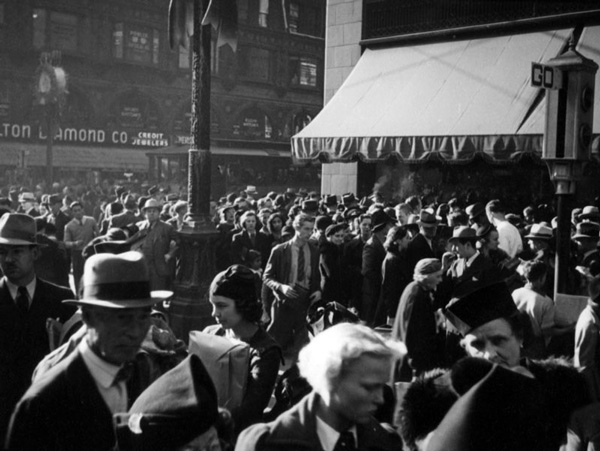 Pedestrians crowd the intersection of Seventh and Broadway, circa 1937. Courtesy of the Herman J. Schultheis Collection, Los Angeles Public Library.