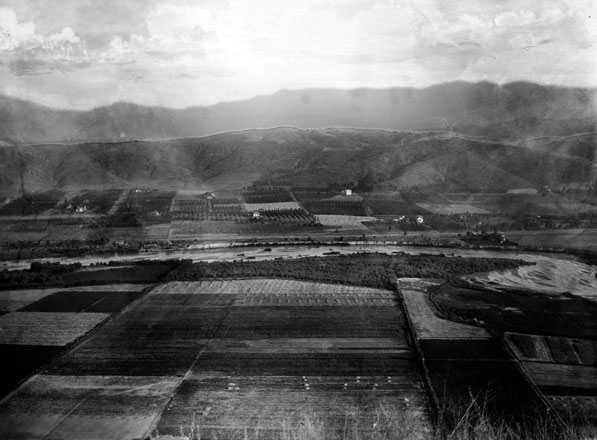 A tamer Los Angeles River flows through the Elysian Valley, circa 1895-1915. Courtesy of the Title Insurance and Trust / C.C. Pierce Photography Collection, USC Libraries.