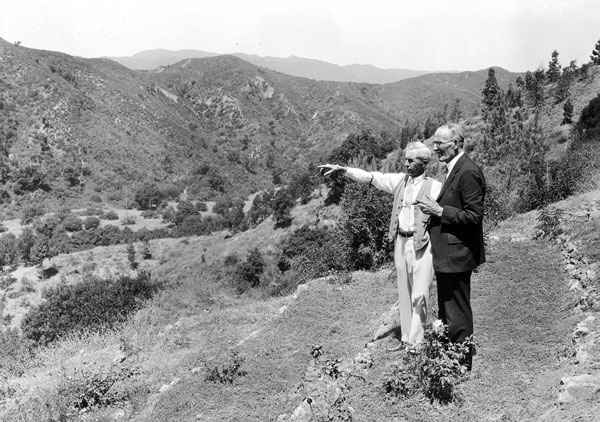 Oakley (pointing) gazes out over Mandeville Canyon with businessman Frederick W. Taylor in 1927. Courtesy of the California Historical Society Collection, USC Libraries.