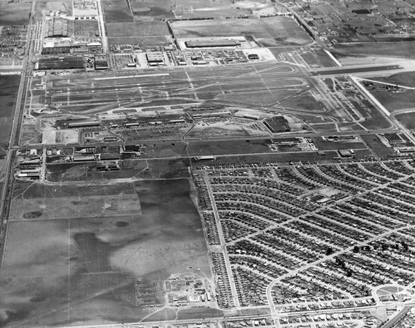 Aerial view of Los Angeles International Airport shortly after its postwar renovations. Courtesy of the Los Angeles Area Chamber of Commerce Collection, USC Libraries.