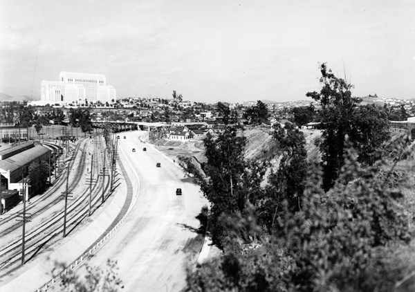 1935 view of the Ramona Boulevard freeway approaching the Los Angeles County General Hospital. Courtesy of the Title Insurance and Trust / C.C. Pierce Photography Collection, USC Libraries.