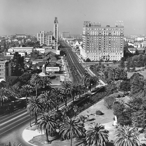 Wilshire Boulevard transitions from a Spanish to an American street grid at Hoover, as seen in this circa 1930s photograph by Dick Whittington. Courtesy of the Dick Whittington Photography Collection, USC Libraries.