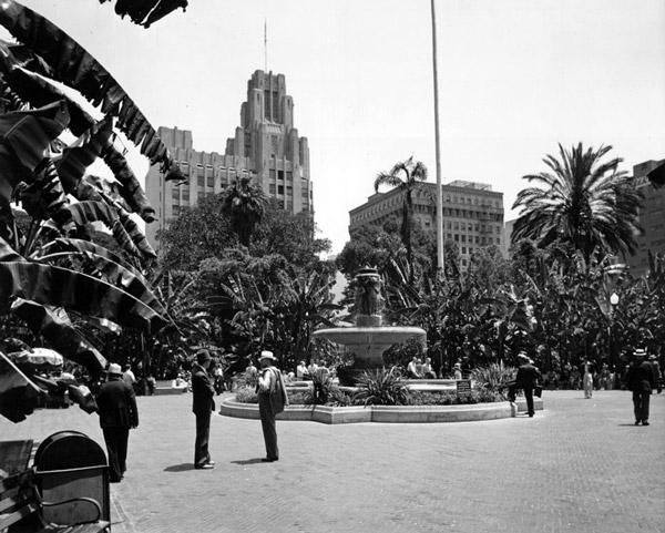 1939 view of the Pershing Square fountain, surrounded by tropical banana plants. Courtesy of the Dick Whittington Photography Collection, USC Libraries.
