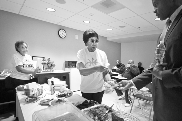 Alicestyne Smith feeding another coach.   Photo: Douglas McCulloh