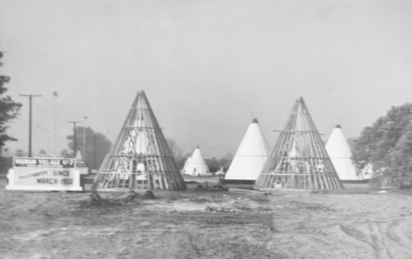 The Wigwam Motel under construction in 1950. | Photo: Courtesy Wigwam Motel