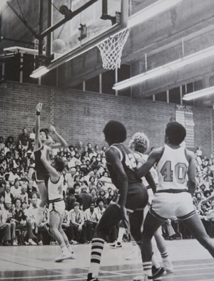 Dwayne Sims waiting for the rebound, in 1978 | Photograph by Douglas McCulloh