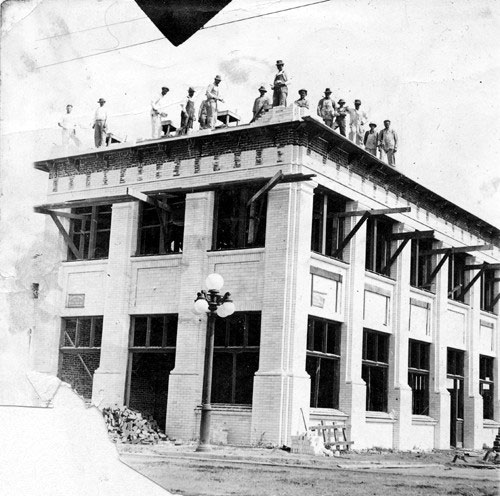 Workers construct the Syndicate Block in Owensmouth at the corner of Sherman Way and Alabama Ave. in 1912. Courtesy of the Calabasas Historical Society and the San Fernando Valley History Digital Library, California State University, Northridge.
