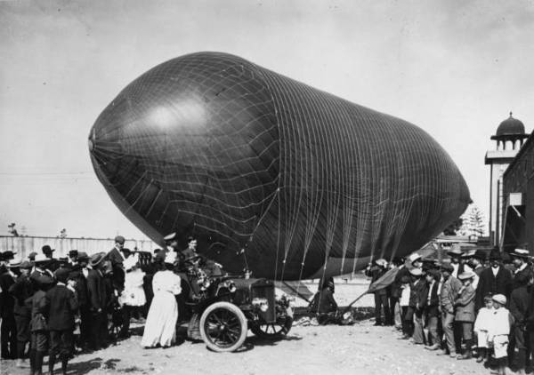 A racing airship, built by Thomas S. Baldwin, parked at Chutes Park, Los Angeles, in 1905. From the 1910 Los Angeles International Aviation Meet Research Collection, California State University Dominguez Hills Digital Collections.