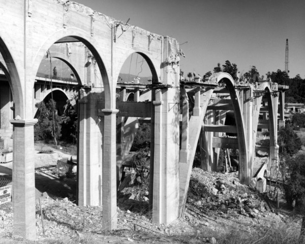 The Colorado Street Bridge was closed from 1989 to 1993 for a $27 million seismic retrofitting project. Courtesy of the Photo Collection - Los Angeles Public Library.